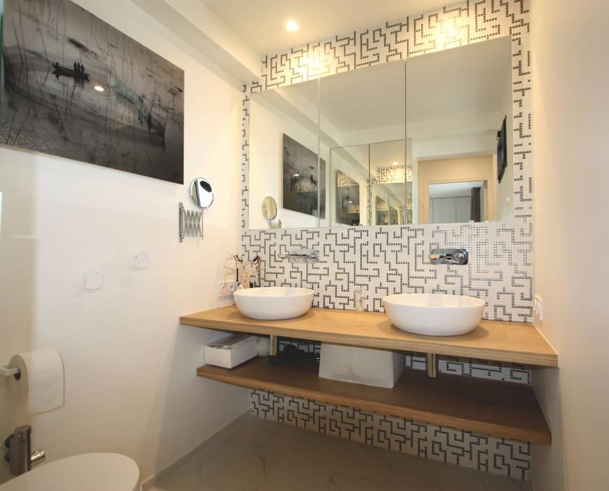 rénovation complète d'un duplex -Paris 17: Salle de bains de style  par Emma Caron Interior Design