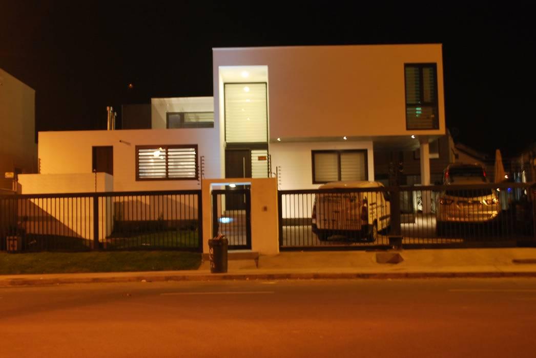 : Casas de estilo  por DARQ studio,