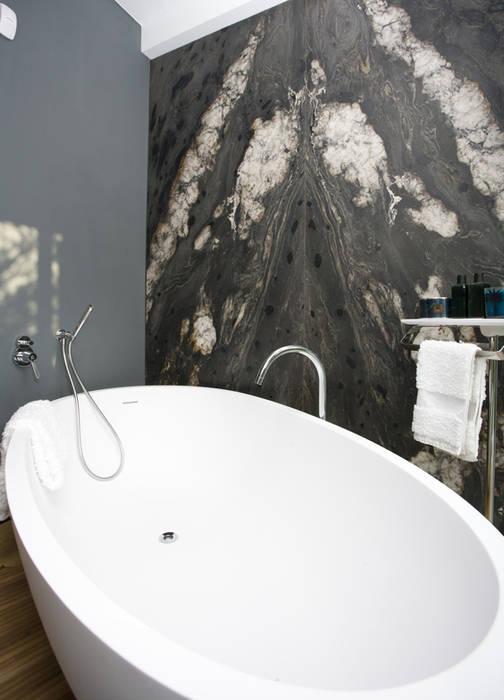Bagno marmo e legno con vasca in pietra: Bagno in stile in stile classico di Canalmarmi e Graniti snc