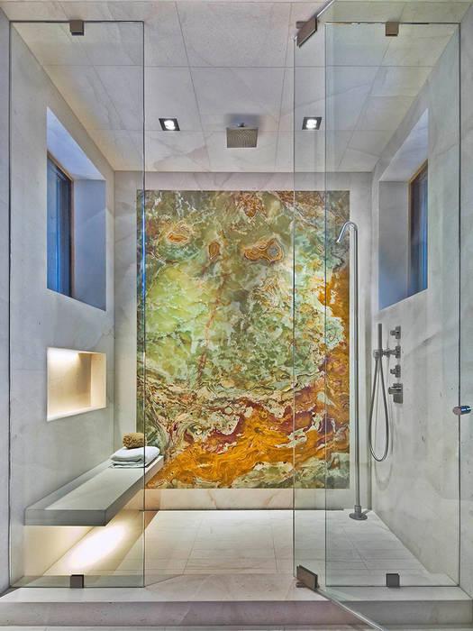 Box doccia con rivestimento in Onice Pakistano e Cremo Delicato: Bagno in stile in stile classico di Canalmarmi e Graniti snc