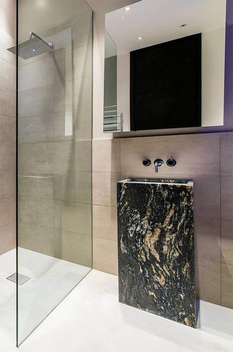 Lavello in marmo Cosmic Black: Bagno in stile  di Canalmarmi e Graniti snc