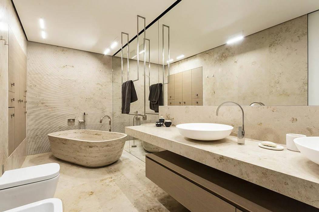 Bagno e vasca in Travertino classico: Bagno in stile  di Canalmarmi e Graniti snc