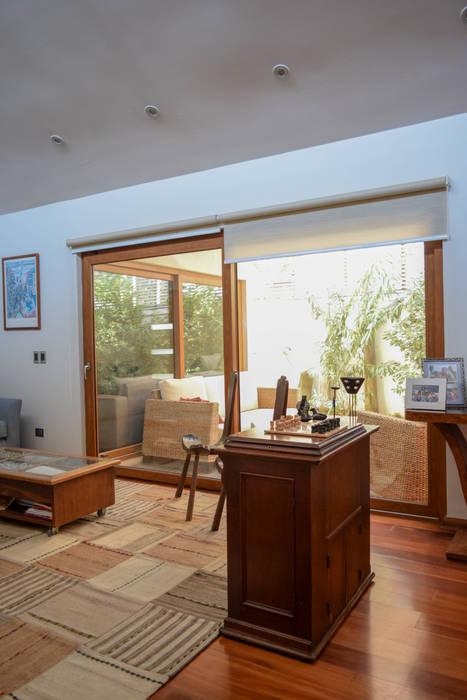 Remodelación y Ampliación de Casa Hernando de Magallanes por Arqbau Livings de estilo moderno de Arqbau Ltda. Moderno Madera Acabado en madera