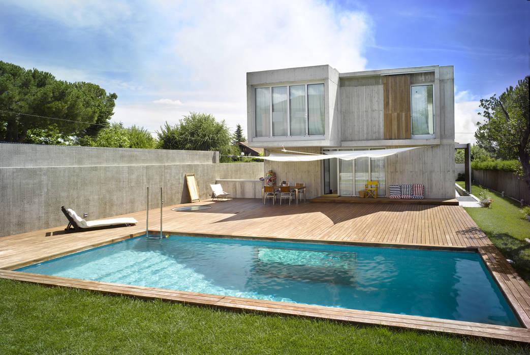 Vivienda en Soto del Real: Piscinas de jardín de estilo  de Alberich-Rodríguez Arquitectos