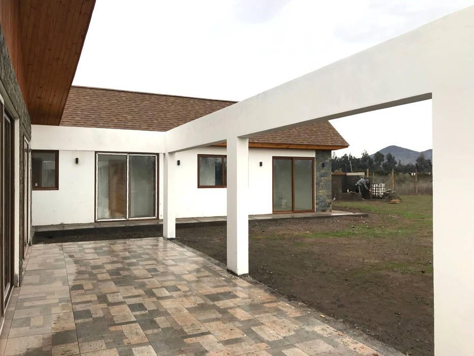Casa Kuzmanic: Terrazas  de estilo  por AtelierStudio,