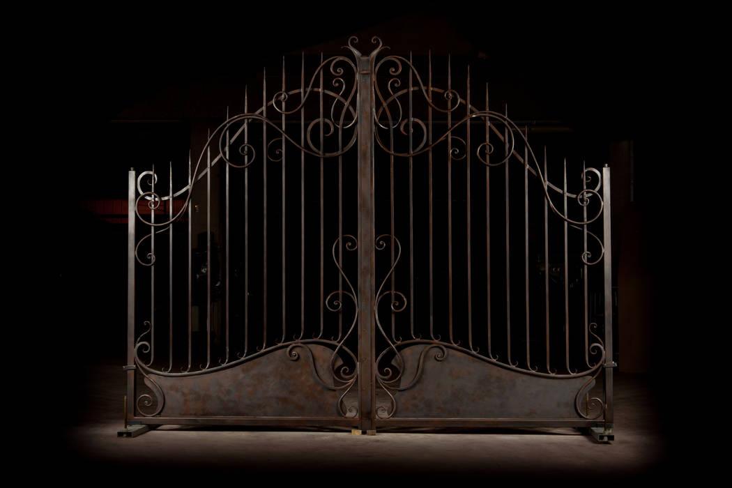 Cancello in ferro battuto: Villa in stile  di Artistico di Longo Carmine