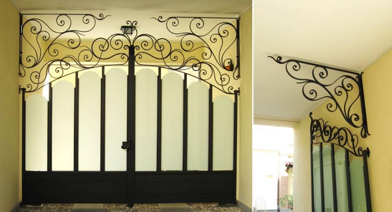 Cancello in ferro battuto : Villa in stile  di Artistico di Longo Carmine