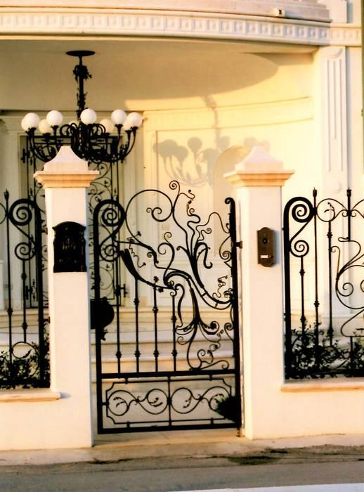 Cancelletto, ringhiere e lampadario in ferro battuto: Villa in stile  di Artistico di Longo Carmine