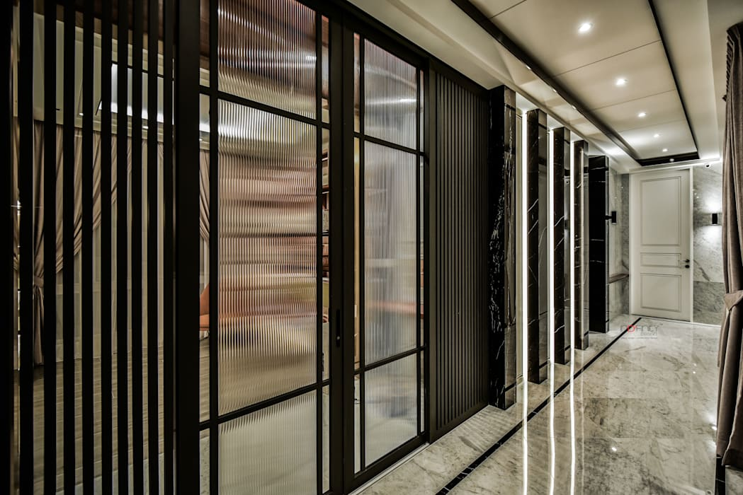 LUXURIOUS HOME:  Corridor & hallway by inDfinity Design (M) SDN BHD, Modern
