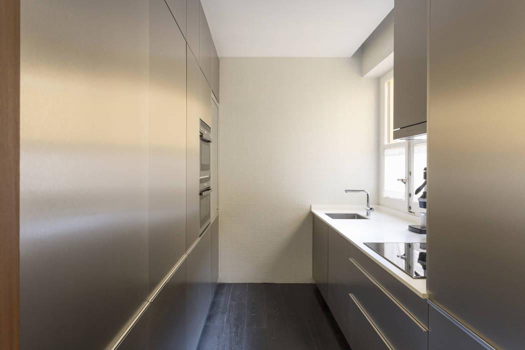 """Reestructuración integral de vivienda """"Casa de las Flores"""": Módulos de cocina de estilo  de Alberich-Rodríguez Arquitectos, Clásico"""