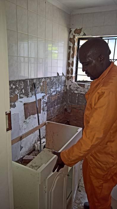 Modern Bathroom Renovation: Work in Progress Modern bathroom by Kgodisho Solutions and Projects Modern