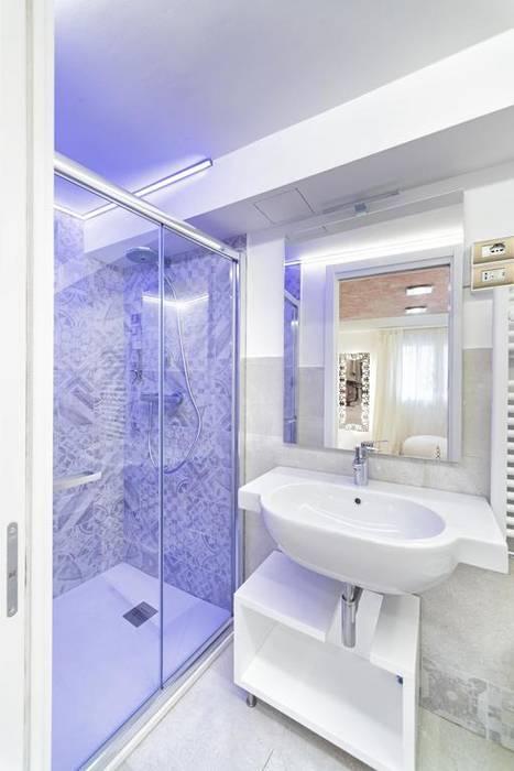 Progettazione IDEA DESIGN: Bagno in stile  di Idea Design Factory