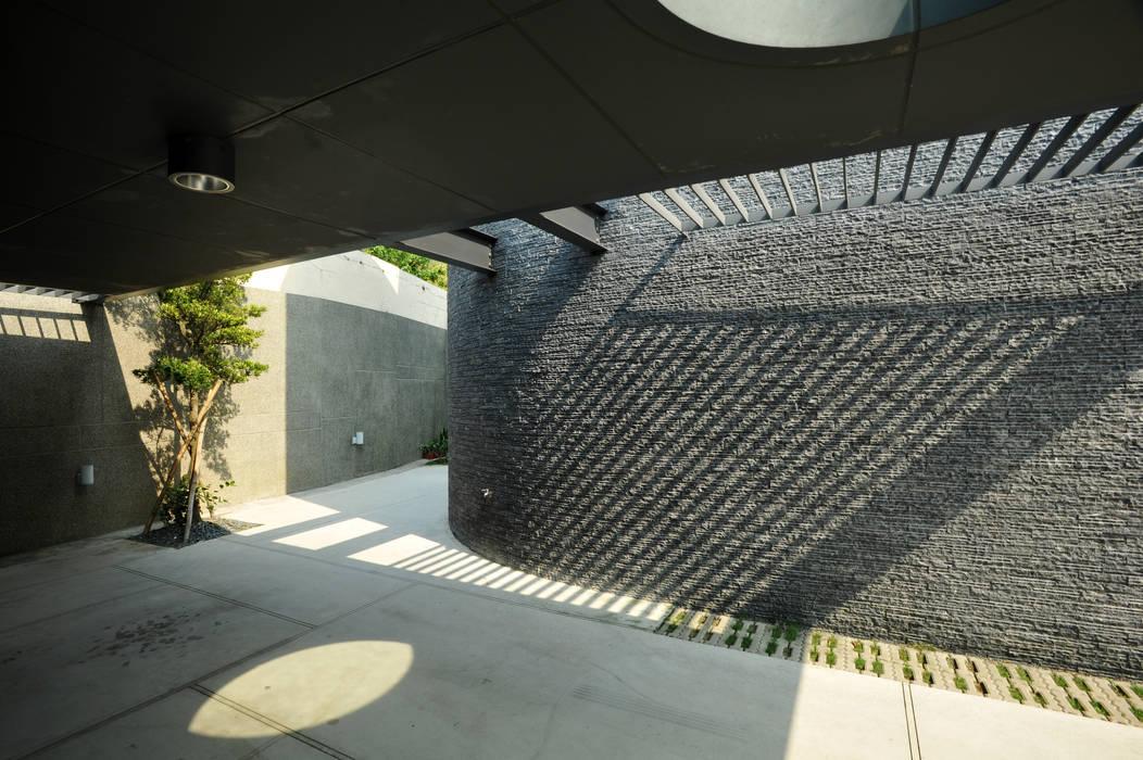 光之棚 Minimalist garage/shed by 黃耀德建築師事務所 Adermark Design Studio Minimalist