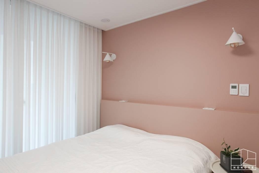 컬러감이 돋보이는 싱그러운 집, 배곧 한라비발디 2차 29py _ 이사 후 스칸디나비아 침실 by 홍예디자인 북유럽