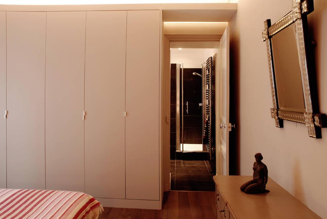 Place de Clichy: Chambre de style  par Atelier Sylvie Cahen