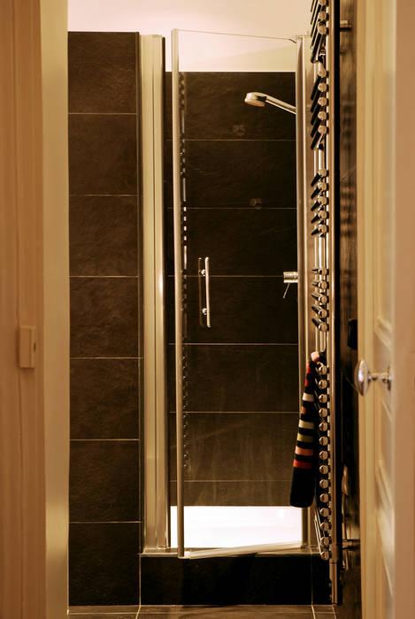 Place de Clichy: Salle de bains de style  par Atelier Sylvie Cahen