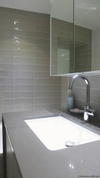 Avenue de Choisy: Salle de bains de style  par Atelier Sylvie Cahen