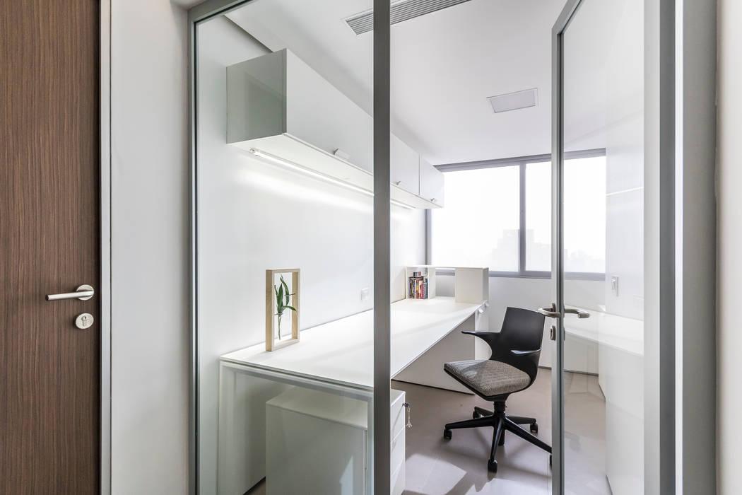 SALA MULTIMEDIA: Salas / recibidores de estilo  por Design Group Latinamerica, Moderno