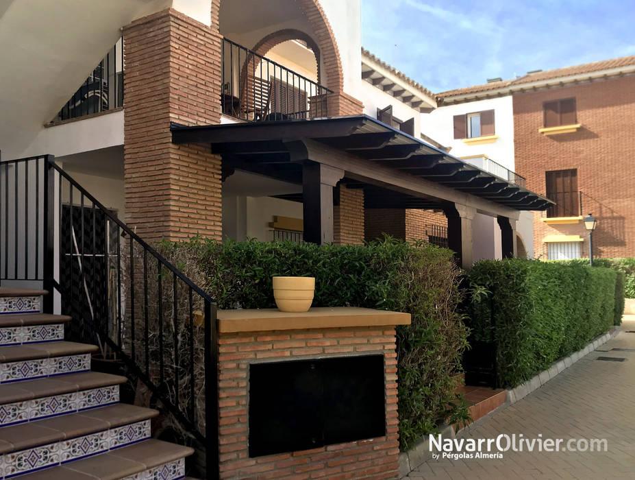 Porche para terraza de bajo unifamiliar Balcones y terrazas de estilo clásico de NavarrOlivier Clásico Madera Acabado en madera