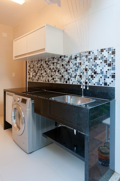 Área de serviço: Armários e bancadas de cozinha  por Bernal Projetos - Arquitetos em Salvador,Moderno Granito
