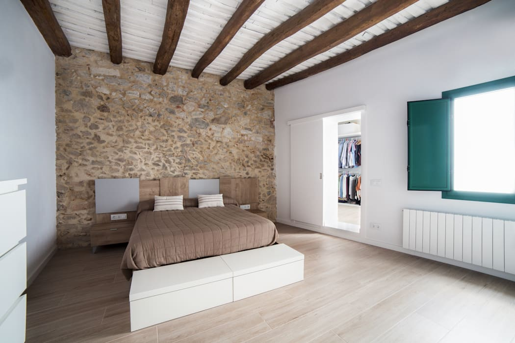 Can Fabregas : Dormitorios de estilo  de LaBoqueria Taller d'Arquitectura i Disseny Industrial