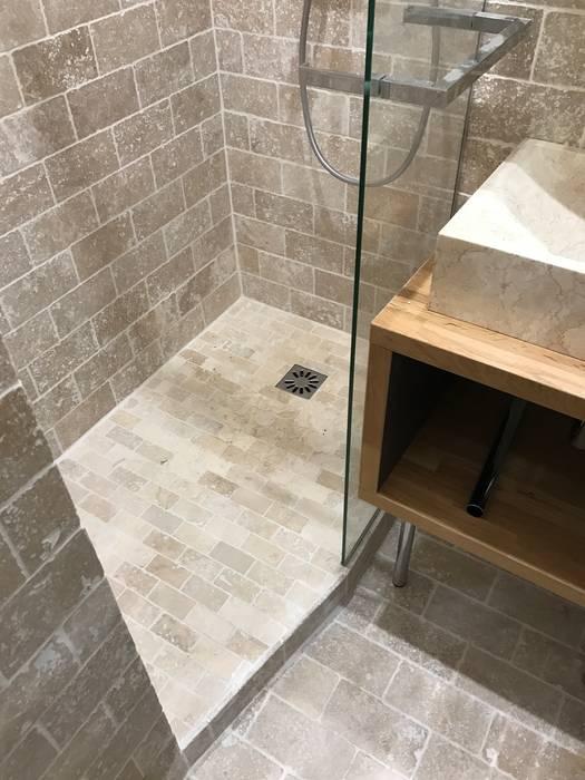 Salle d\'eau en pierre de travertin: salle de bains de style par c ...