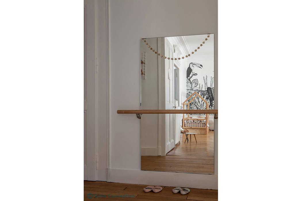 Un miroir et une barre de danse pour trois jolies petites ...