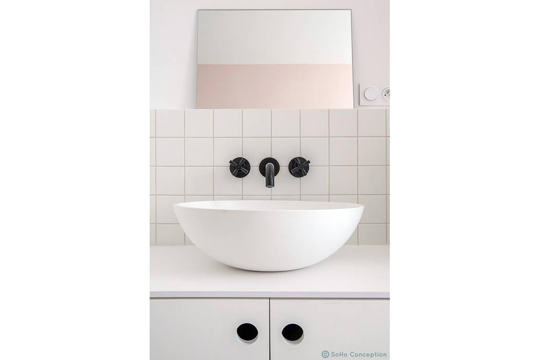 Noir, blanc, rose Salle de bain scandinave par SOHA CONCEPTION Scandinave