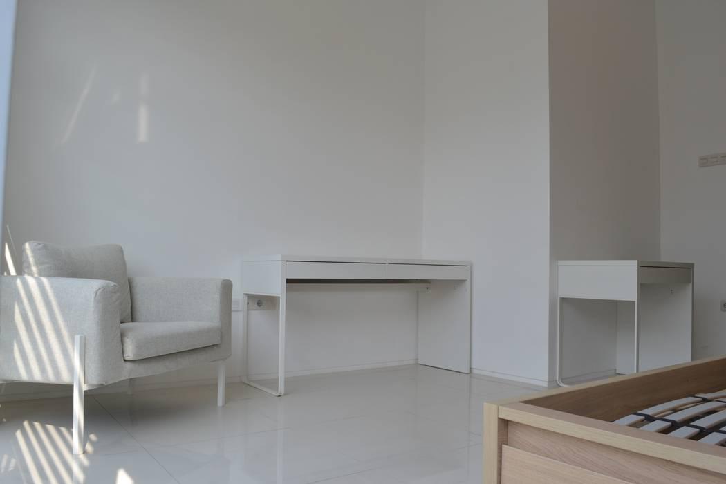 Rumah Karang Tengah: Ruang Kerja oleh Dekapolis Design, Modern Kayu Wood effect