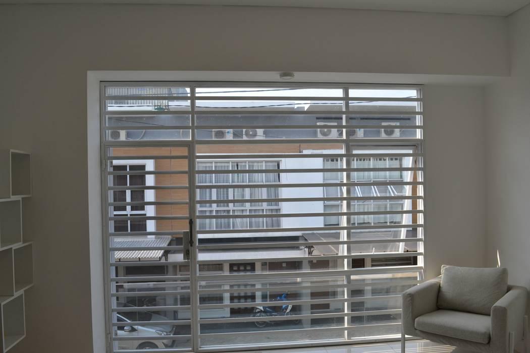 Rumah Karang Tengah: Jendela oleh Dekapolis Design,