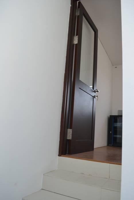 Rumah Karang Tengah: Pintu oleh Dekapolis Design,