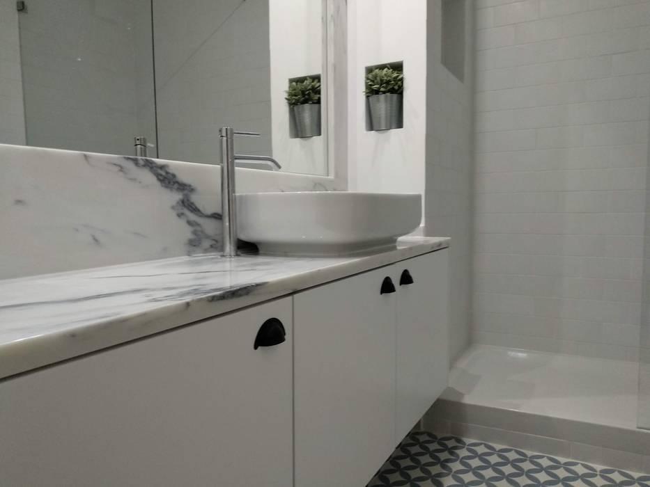 Apartamento Avenidas Novas: Casas de banho  por CF Arquitectura e Design,Minimalista Pedra