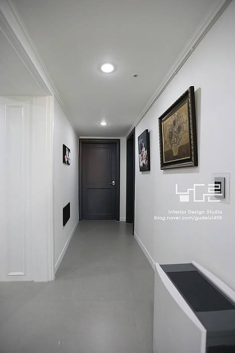 대구 수서동 롯데캐슬 52평형: 남다른디자인의  복도 & 현관