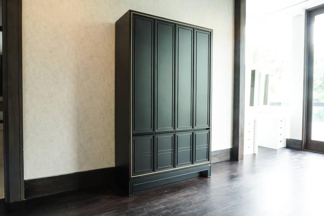 Lemari Kayu Klasik: Ruang Ganti oleh ARF interior,