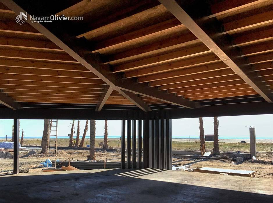 Estructura de cubierta en madera Salones de eventos de estilo moderno de NavarrOlivier Moderno Madera Acabado en madera