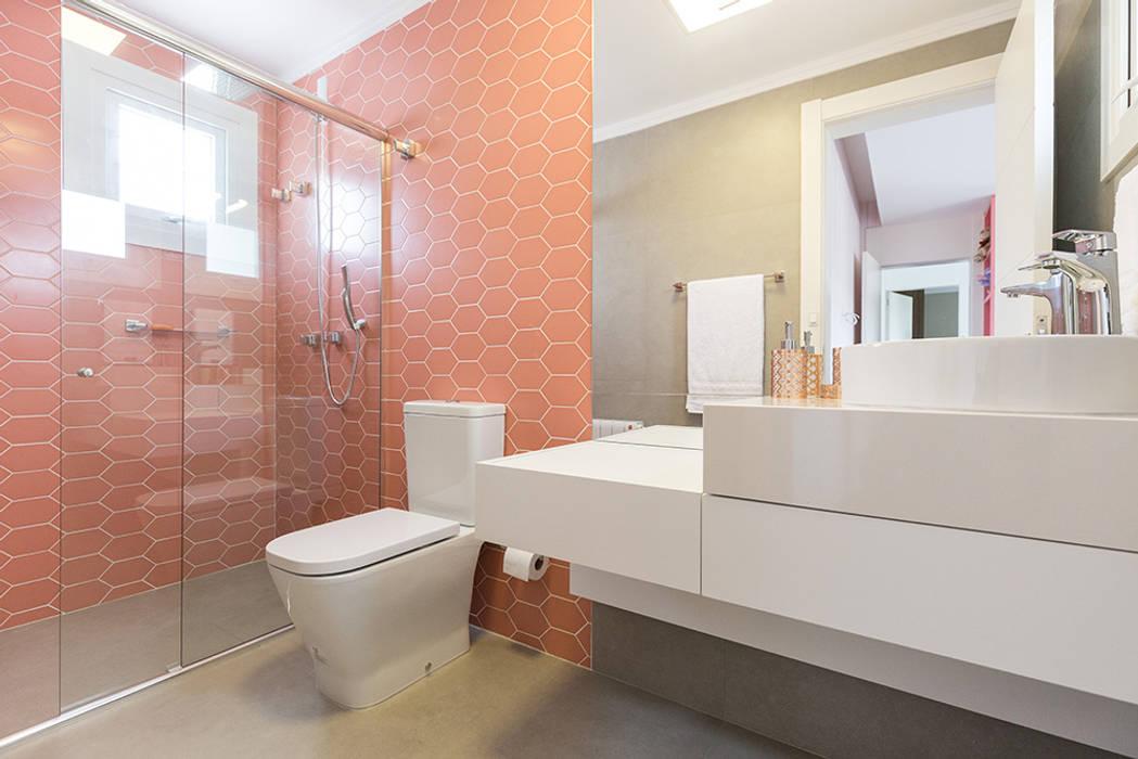 Suíte da Menina: Banheiros  por Rabisco Arquitetura