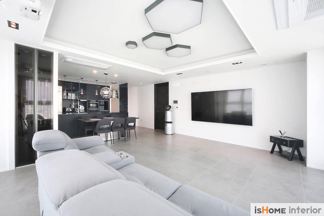 시선을 사로잡는 38평 청라아파트의 품격: 이즈홈의  거실
