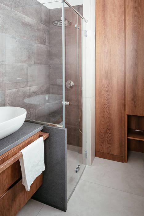Bagno con doccia: Bagno in stile in stile Minimalista di manuarino architettura design comunicazione