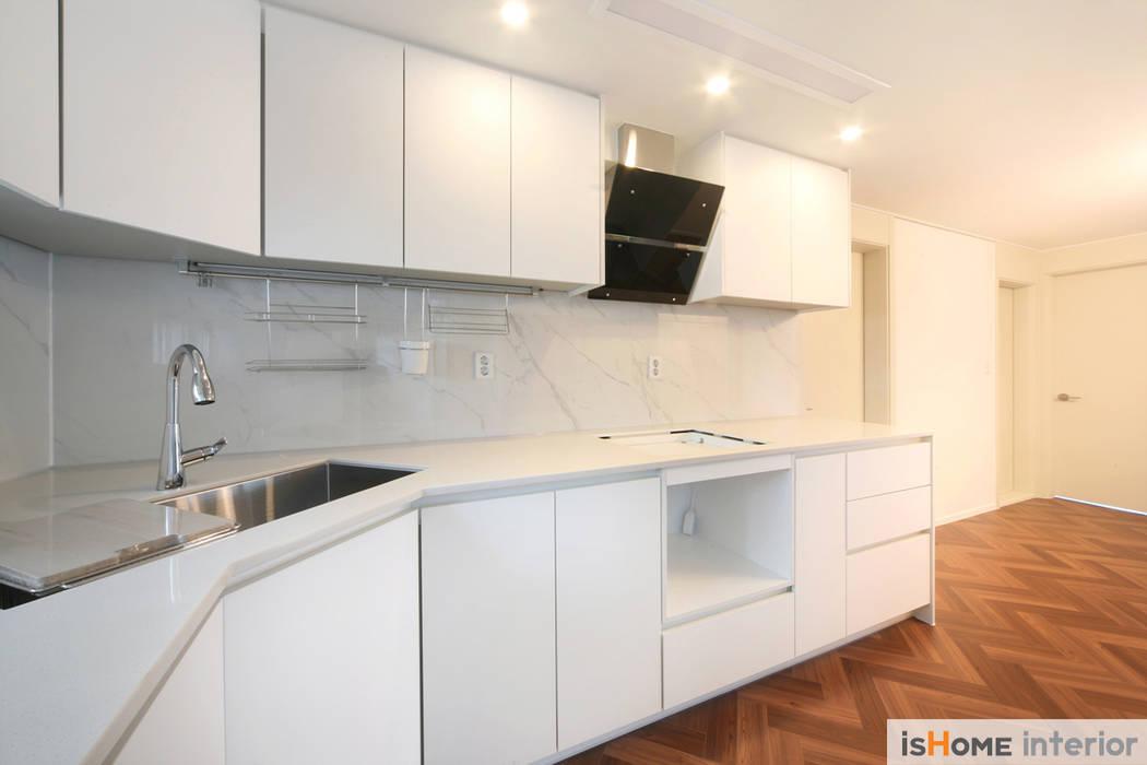 화이트 우드 인테리어의 새로운 시선 32평 부천아파트: 이즈홈의  주방,러스틱 (Rustic)