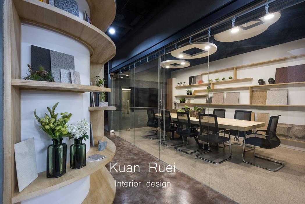 Bureaux de style  par 台中室內設計-寬叡- 空間設計.工程, Éclectique