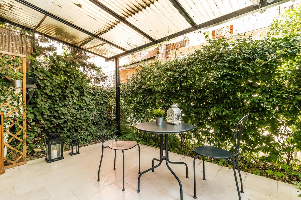 Relooking per locazione turistica IN GIALLO E BLU - Venezia: Giardino anteriore in stile  di MICHELA AMADIO - Valorizza e Vendi
