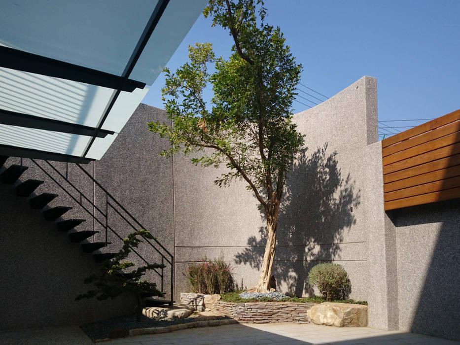 Jardines de piedra de estilo  por 黃耀德建築師事務所  Adermark Design Studio