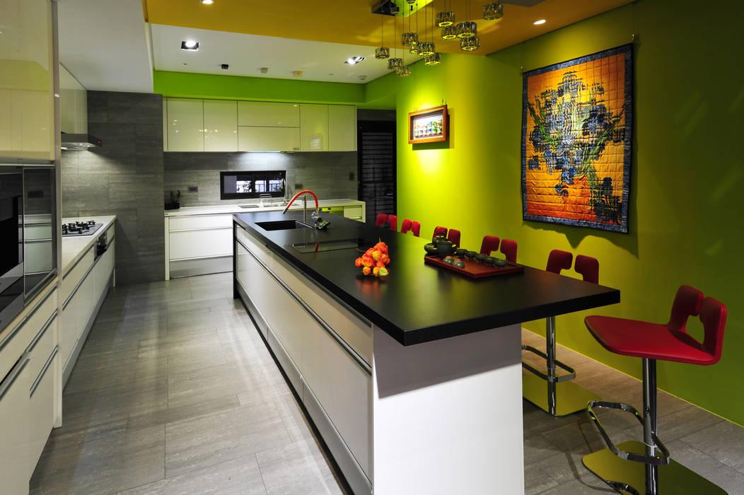 Cucina minimalista di 黃耀德建築師事務所 Adermark Design Studio Minimalista