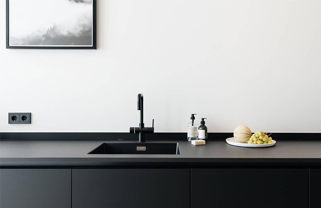 INTERIEUR ONTWERP & VASTGOEDSTYLING | JACOB GILLESSTRAAT TE DEN HAAG:  Keukenblokken door Studio Kustlijn Architecten