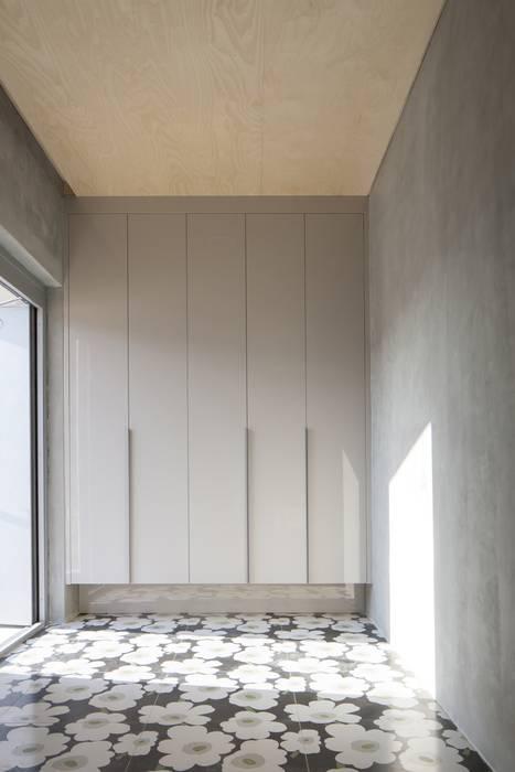 Corridor & hallway by 'Snow AIDe, Modern