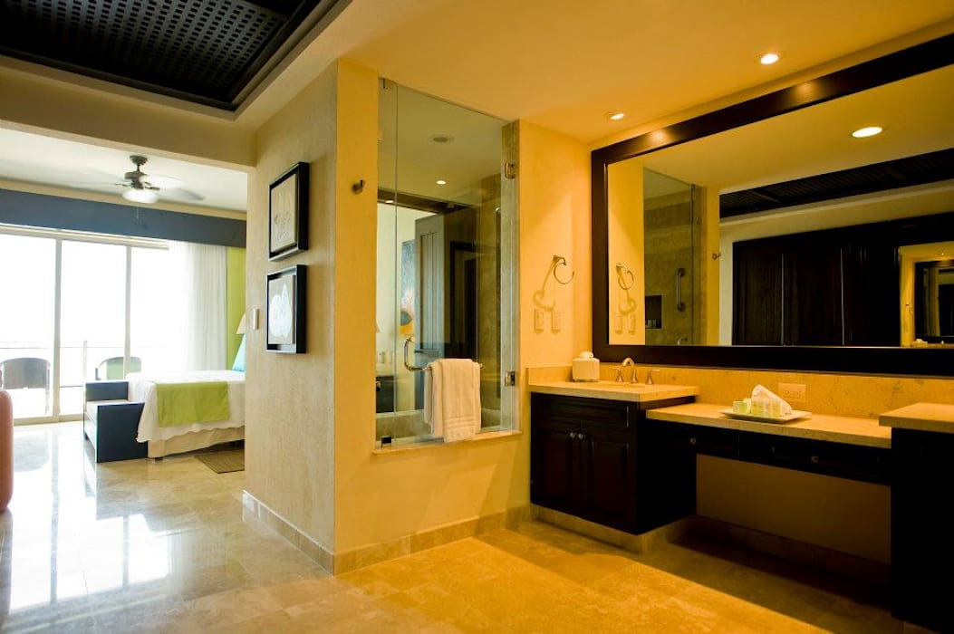 Garza Blanca: Recámaras de estilo  por Facere Arquitectura