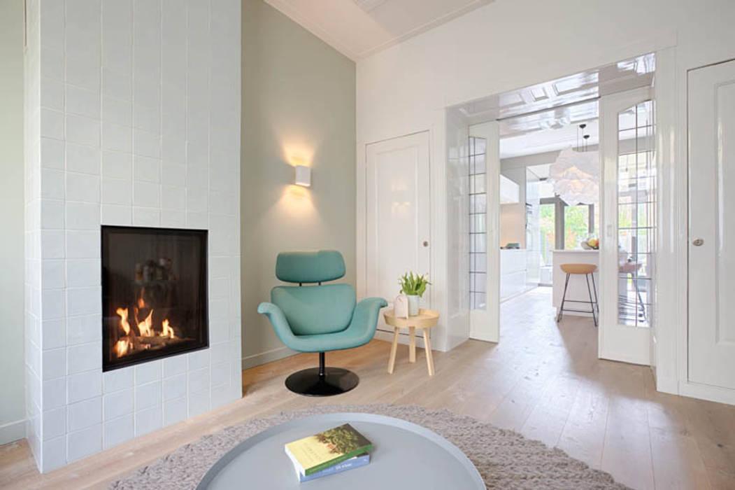 Openhaard In Woonkamer : Moderne woonkamer en suite met behaaglijke open haard: woonkamer