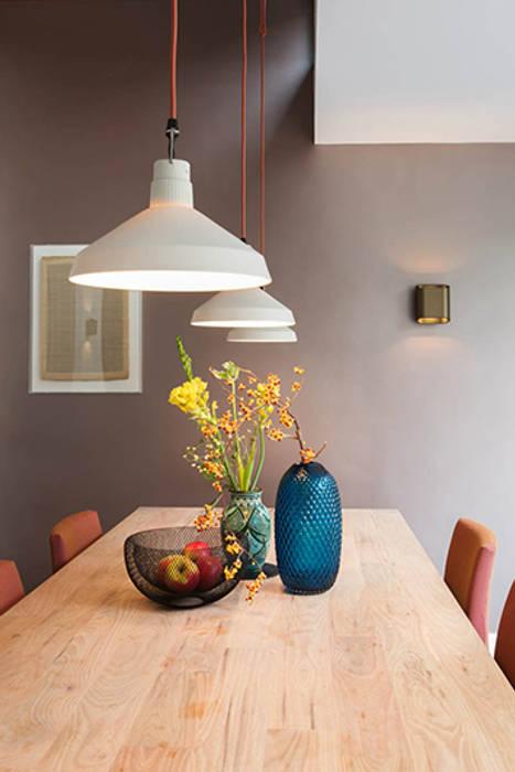 keukentafel gestyled door StrandWest:  Eetkamer door StrandNL architectuur en interieur
