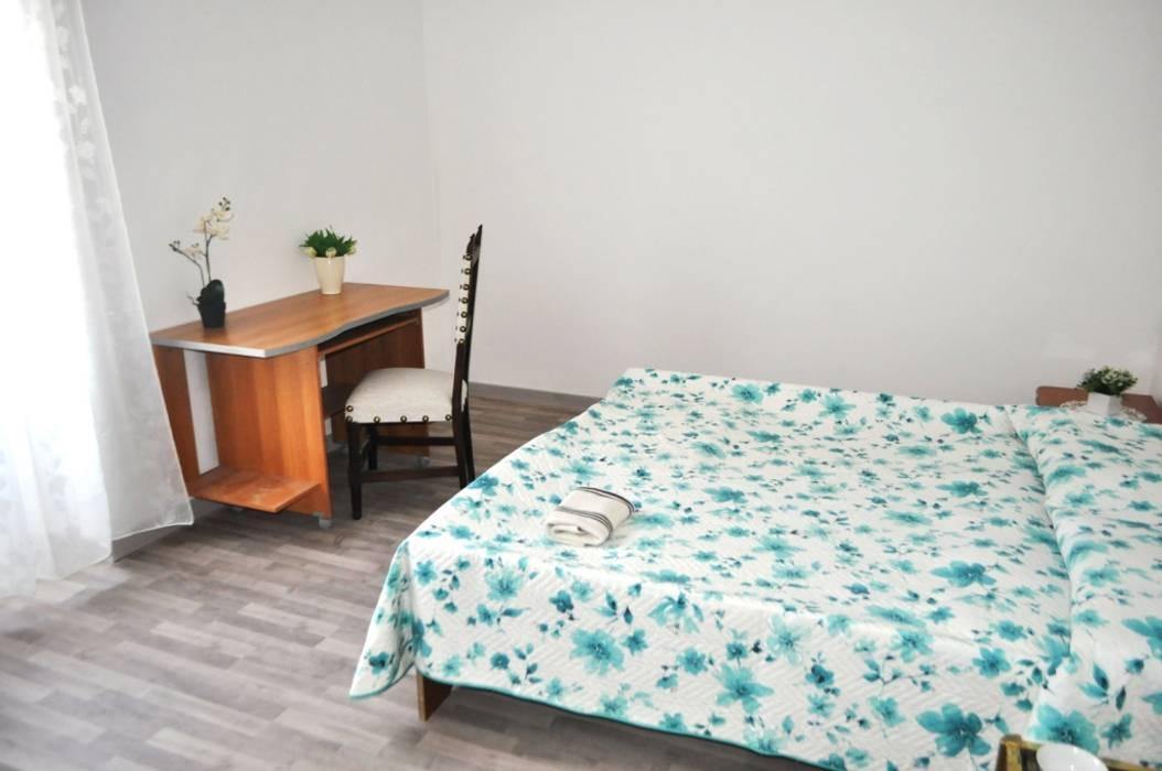 Camera da letto: Camera da letto in stile in stile Coloniale di COSTRUZIONI ROMA SRL