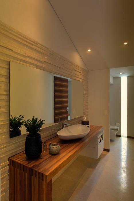 SIETE HOUSE: Baños de estilo  por Hernandez Silva Arquitectos,